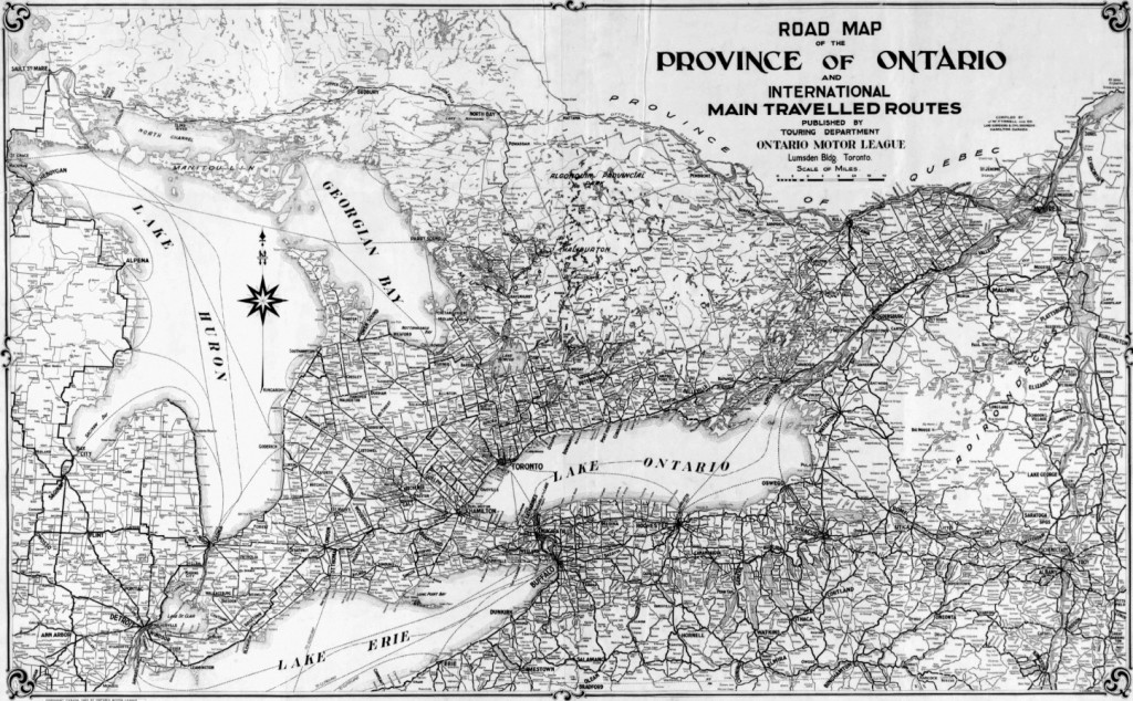 "Figure 1: Ontario Motor League, Road Map of the Province of Ontario and International Main Travelled Routes (Compiled by J. W. Tyrell and Co. Land Surveyors & Civil Engineers, Hamilton, 1920). Les gouvernements provinciaux, aidés des clubs automobiles, développent des itinéraires touristiques spécialement conçus pour les automobilistes. L'élaboration de cartes et de guides donne lieu à la représentation d'un territoire touristique et d'automobilité. L'Ontario et le Québec établissent respectivement leurs premières cartes routières en 1923 et 1926, quelques années après les clubs d'automobilistes. Source: ""Archivianet : Maps, plans and charts"", Library and Archives Canada, H2/400/1920, record no 5495, NMC 21543. Accessed on March 13 2011. http://www.collectionscanada.gc.ca/archivianet/020154_e.html"