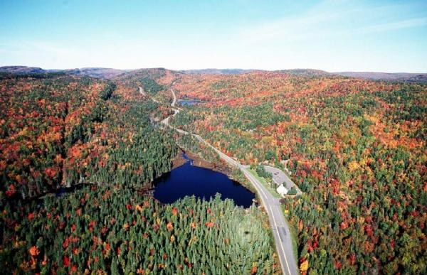 Parkway through La Mauricie National Park, 1996. Photo © Parks Canada/J. Pleau