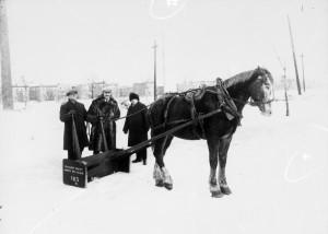 Déneigement des rues de Montréal à l'aide d'un grattoir tiré par un cheval, vers 1930. Les premiers véhicules munis d'une lame pour pousser la neige arrivent dans les années 1930. Avant cela, le déneigement se fait à l'aide d'un grattoir tiré par un cheval qui balisait le chemin et repoussait la neige sur les côtés.  ©Archives de la Ville de Montréal, Z-103-2