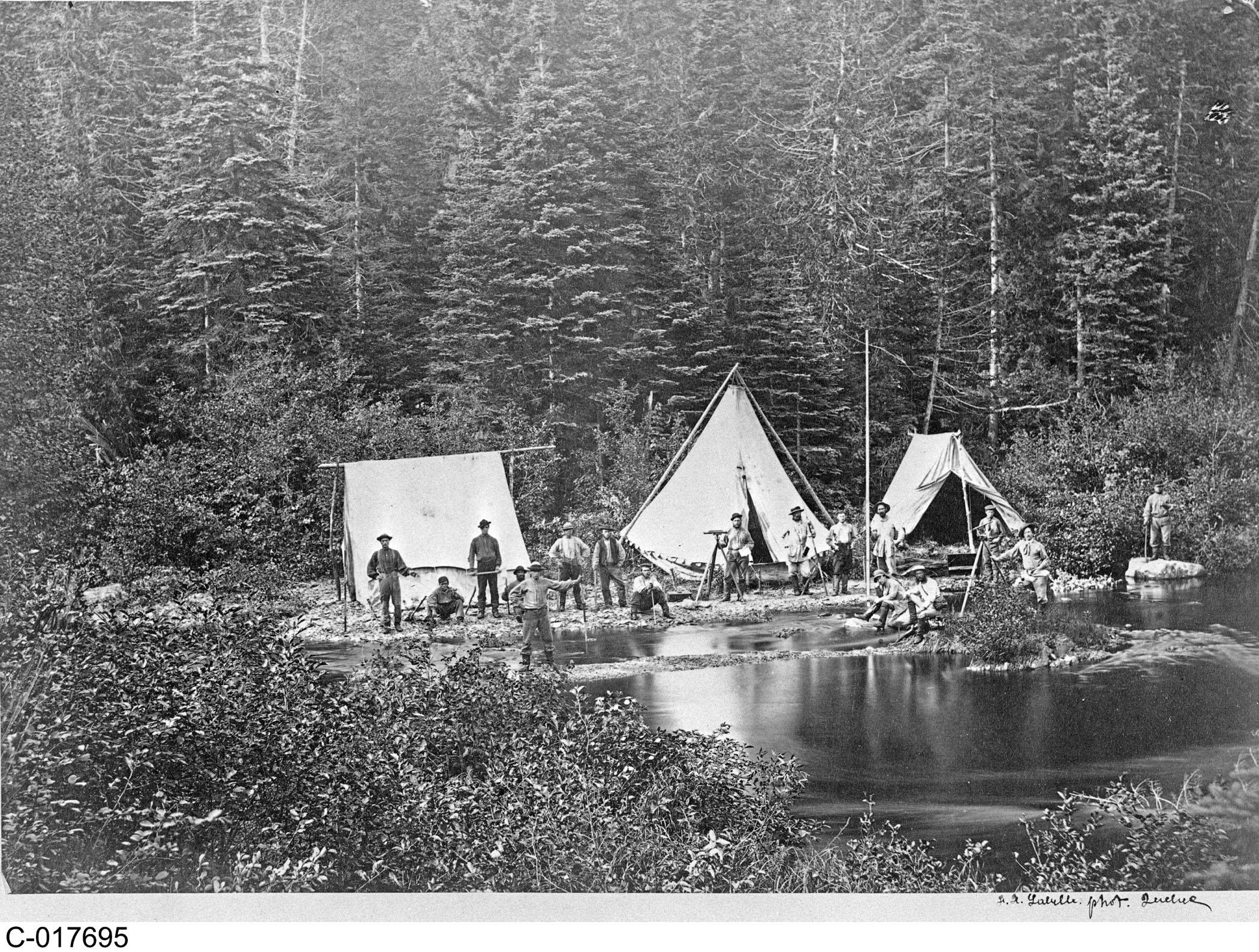 Un camp d'arpenteurs de l'Intercolonial, le long de la rivière Tartigou (comté de Matane), vers 1872. (ANC, C 17695)