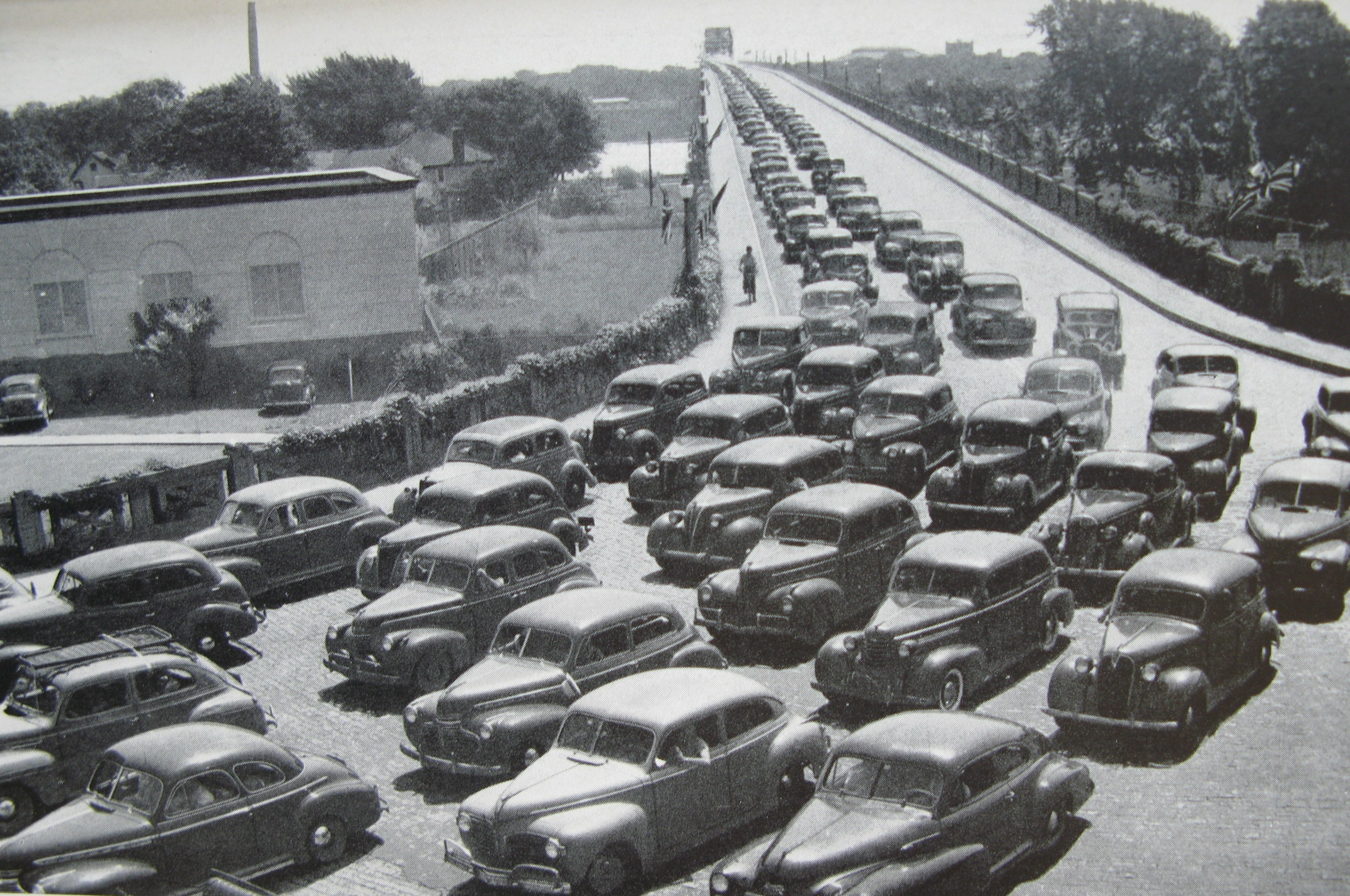 Automobiles en provenance des États-Unis sur le pont Peace à Fort Erié. Tiré de : Ontario, Annual Report of the Department of Highways of Ontario for the fiscal year ending March 31st 1946 (Toronto, Ont., 1946).