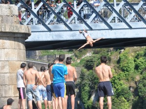 Diving from the Pont D. Luis I, Porto, Portugal. Source: Dale Barbour